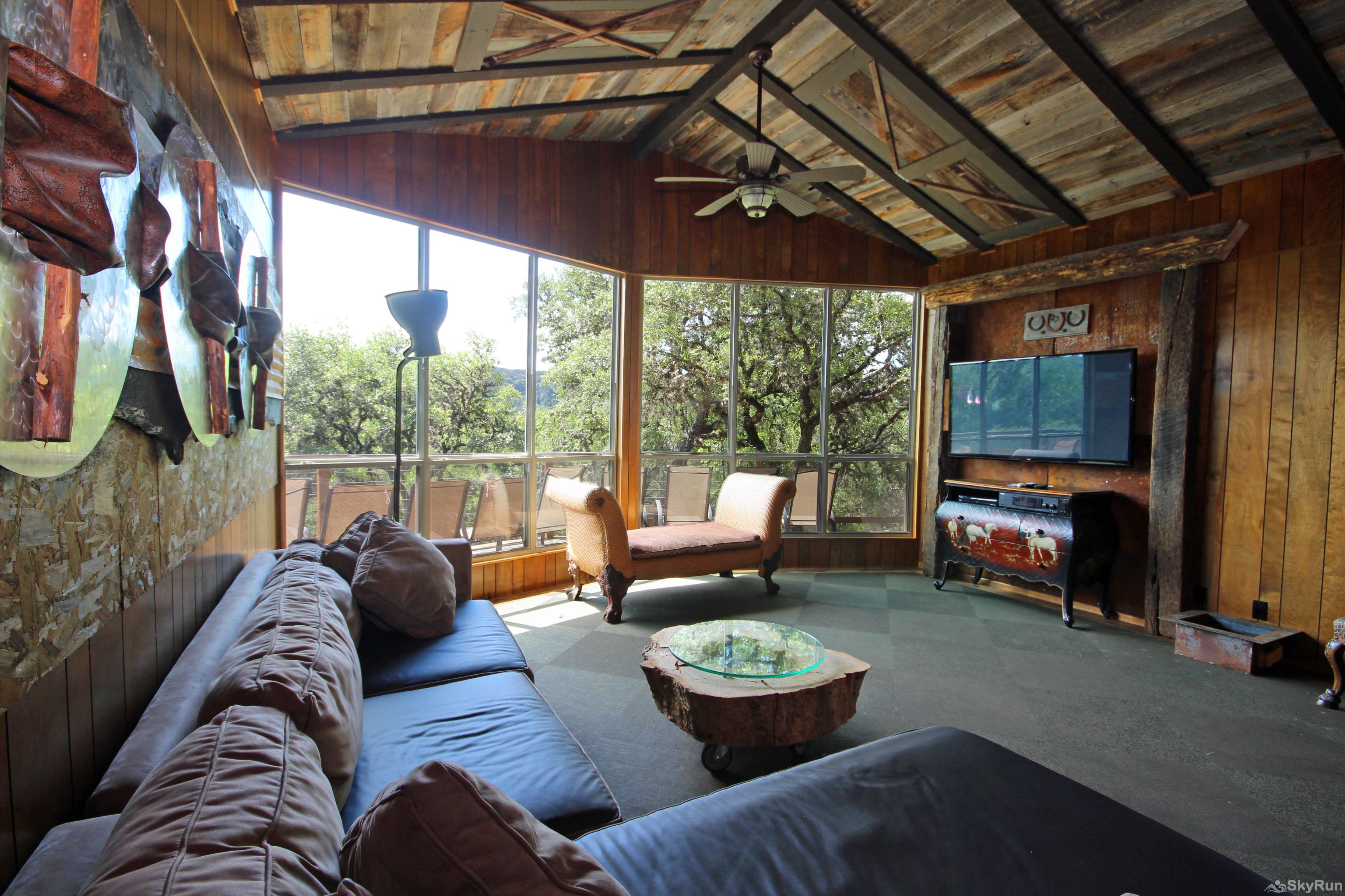 LUCKY GOAT HOUSE Large Living Room with View and HDTV